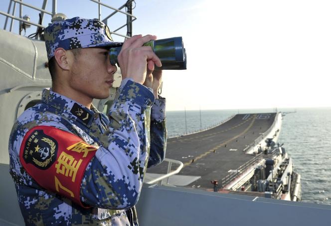 L'USS Cowpens, un croiseur lance-missiles, a été forcé de manœuvrer pour éviter d'entrer en collision avec le navire chinois qui lui avait coupé la route avant de s'arrêter.