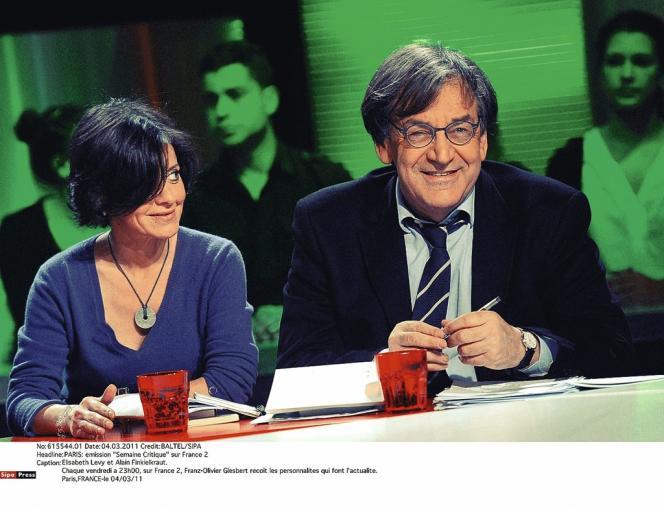 Elisabeth Lévy et Alain Finkielkraut, avec lequel elle aime autant débattre sur les plateaux télévisés que partager des vacances dans le Luberon.