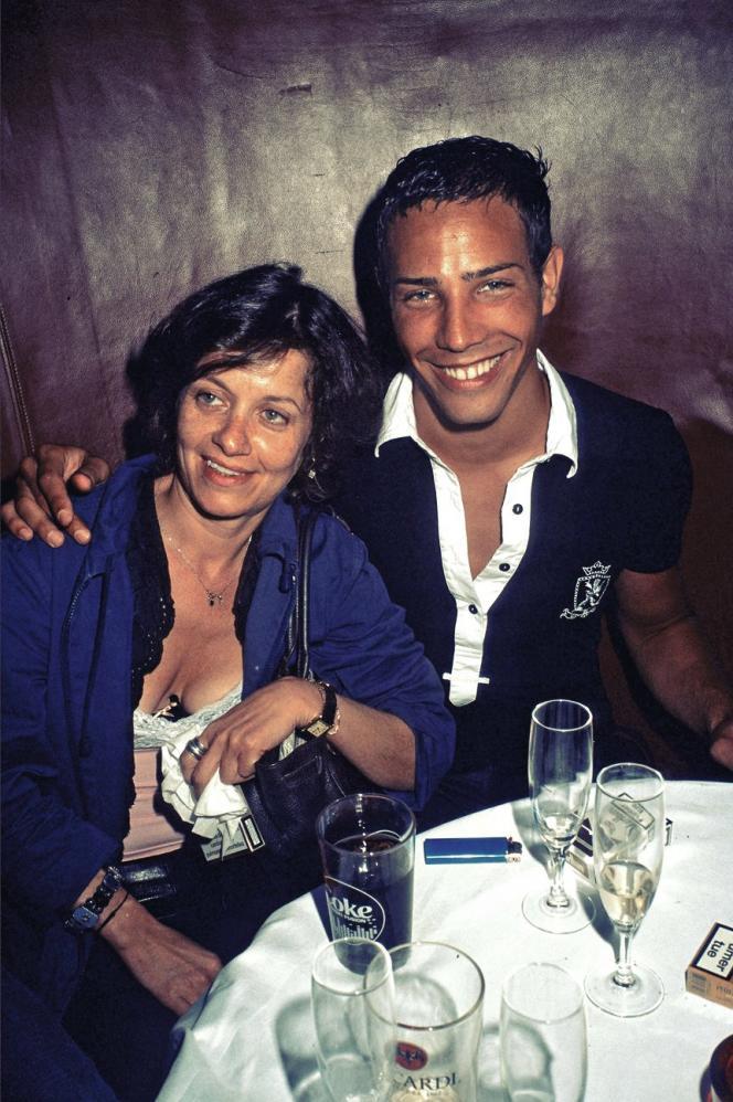 Elisabeth Lévy fréquente les provocateurs de Jalons. Ici, lors d'une soirée du groupe, avec Steevie.