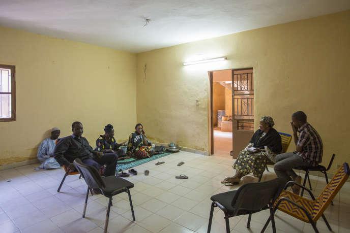 Des personnes déplacées issues du nord du Mali, dans les locaux d'une association d'aide humanitaire, en décembre à Bamako.