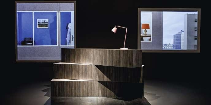 La tendance  est aux meubles hybrides et personnalisables : le designer et architecte Rem Koolhaas a imaginé un comptoir, qui se transforme en étagères ou en bancs.