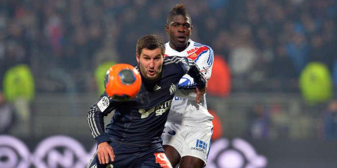 Duel entre le Marseillais André-Pierre Gignac et le défenseur lyonnais Samuel Umtiti, dimanche soir au stade Gerland.