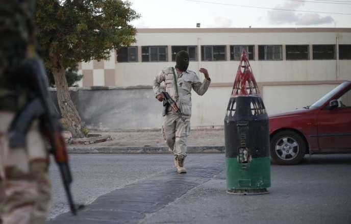 Des membres de l'armée libyenne à un point de contrôle à Benghazi.
