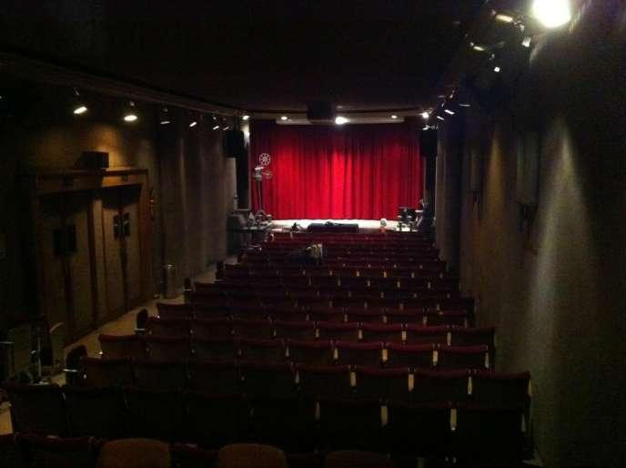 La salle de la Cinémathèque Robert-Lynen à Paris, restée dans son jus des années 1950.