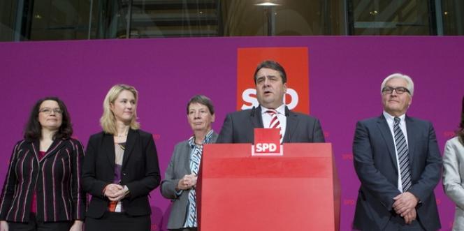 Le président du SPD, Sigmar Gabriel, sera vice-chancelier et en charge de l'économie, tandis que Frank-Walter Steinmeier retrouve le portefeuille des affaires étrangères.