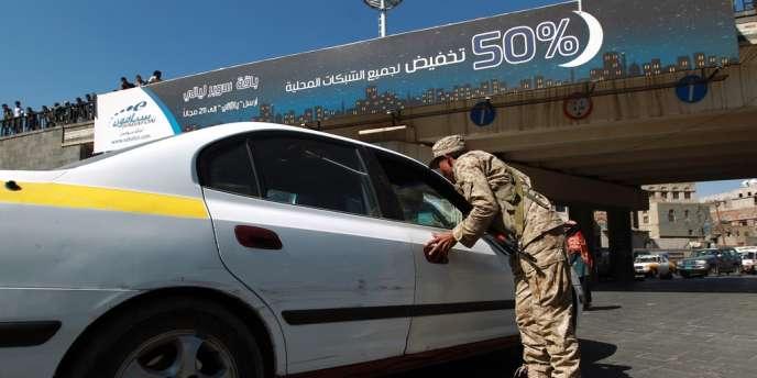 Un soldat yéménite vérifie l'identité d'un conducteur à Sanaa, le 12 décembre 2013.