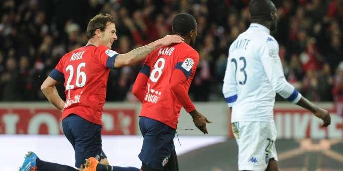 L'attaquant lillois Salomon Kalou félicité par Nolan Roux, dimanche au stade Pierre-Mauroy.