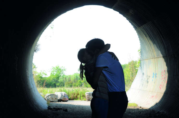Suzanne (Sara Forestier) plaque tout pour suivre Julien (Paul Hamy) dont elle est tombée amoureuse.