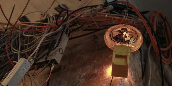 Câbles et image de Guy Fawkes, symbole des hackers anonymes, dans le Chaos Computer Club de Berlin.