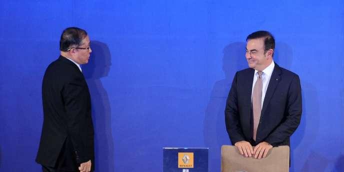 Carlos Ghosn, le patron de Renault (à droite), lors de la signature de la co-entreprise avec le constructeur automobile chinois Dongfeng, lundi 16 décembre à Wuhan. .