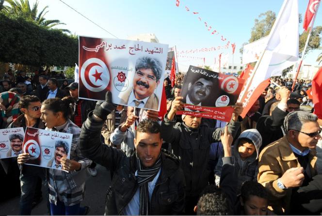 Des Tunisiens brandissent des portraits de Mohamed Brahmi, le 17 décembre, à l'occasion du troisième anniversaire du soulèvement.
