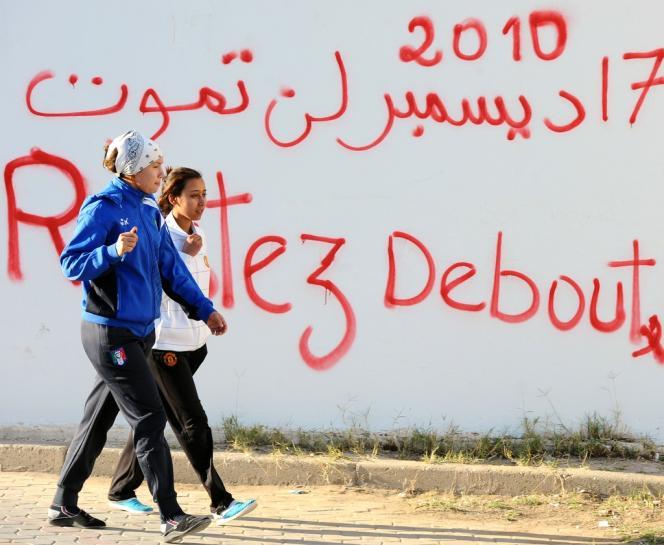 A Sidi Bouzid, sur l'avenue Mohamed-Bouazizi, le 16 décembre 2013. L'immolation de Mohamed Bouazizi trois ans plus tôt a conduit au dépôt de Ben Ali.