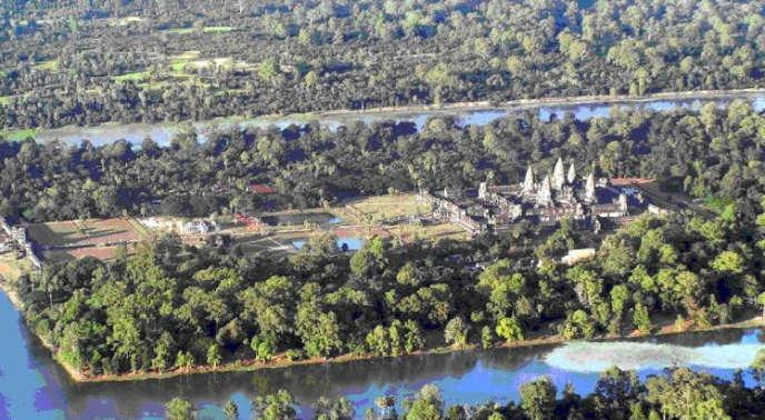 Vue aérienne d'Angkor Vat avec ses douves et ses deux bassins.