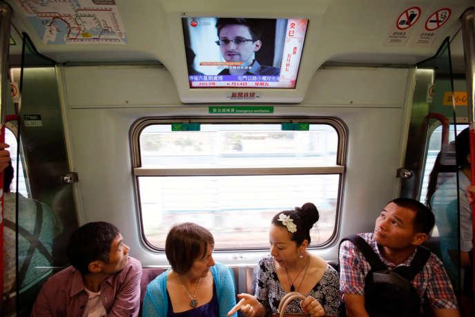 Edward Snowden, le consultant de l'Agence de sécurité nationale (NSA), par qui le scandale des écoutes a été révélé. Ici sur la télévision d'un train hongkongais, le 14 juin.