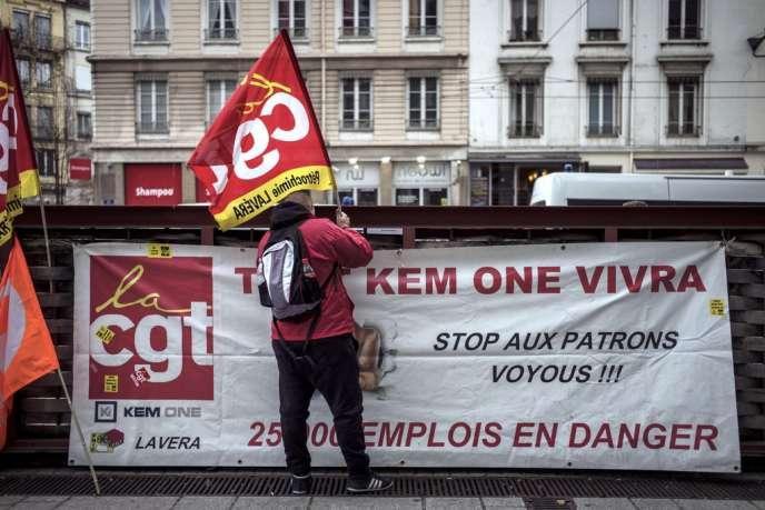 Manifestation de salariés de Kem One devant le tribunal de commerce de Lyon, mercredi 17 décembre.