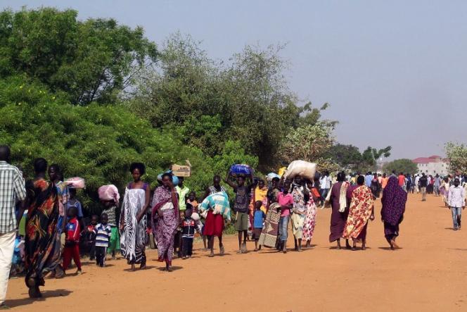 Des civils viennent chercher la protection des forces de la Mission des Nations unies au Soudan du Sud (Minuss), le 17 décembre près de l'aéroport de Juba.