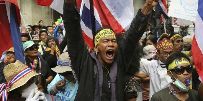 Le mouvement s'est déclenché à la suite d'un projet d'amnistie du gouvernement, qui aurait permis à l'ex-premier ministre Thaksin Shinawatra, condamné pour corruption, de rentrer en Thaïlande.