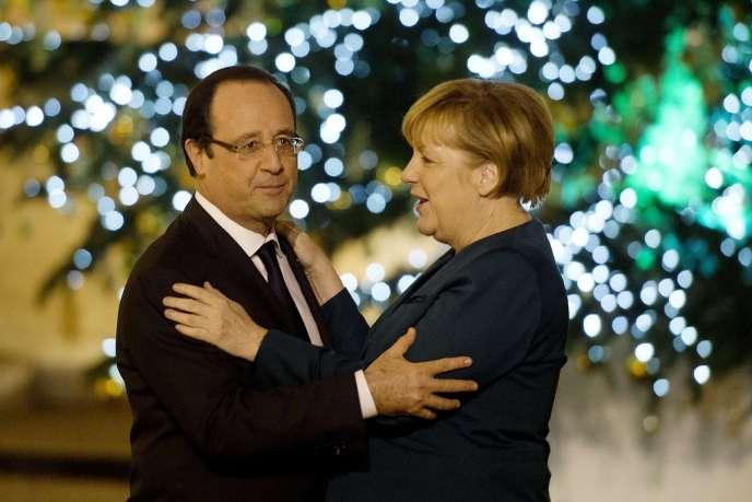François Hollande accueille Angela Merkel dans la cour de l'Elysée, le 18 décembre 2013;