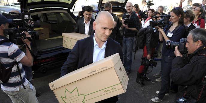 Jean-Christophe Coubris et Philippe Courtois (au second plan), portent les dossiers des plaignantes qu'ils défendent dans l'affaire des prothèses mammaires PIP, en avril à Marseille.