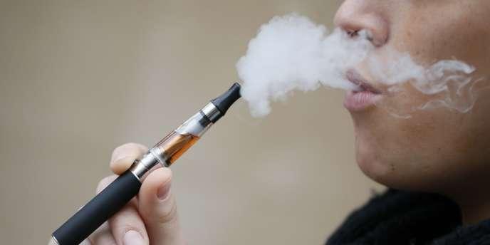 Une consommatrice d'e-cigarette.