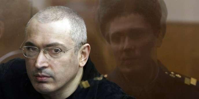 Arrêté en 2003, Mikhaïl Khodorkovski, qui était alors considéré comme l'homme le plus riche de Russie, a été condamné en 2005 avec son associé Platon Lebedev à huit ans de camp pour « escroquerie et fraude fiscale ».