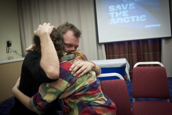 Le Britannique Phil Ball et l'Argentine Camila Speziale, deux militants de Greenpeace, se réjouissent de la décision du parlement russe d'amnistier les membres de l'ONG actuellement incarcérés.