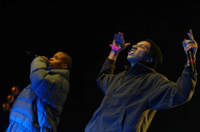 Le groupe de rap La Rumeur sur la scène du Zénith à Paris, en mars 2004.