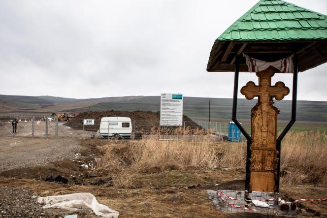 Impossible de s'arrêter devant le terrain de Chevron à Pungesti en Roumanie, la zone est placée sous un régime de surveillance d'exception, d'ordinaire réservé aux lieux d'opération anti-trafic ou anti-gang.