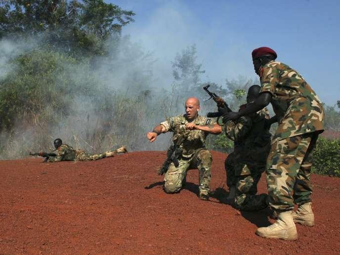 Un militaire américain formant des membres de l'Armée populaire de libération du Soudan, qui est devenue la force armée du Soudan du Sud après l'indépendance du pays en 2011.
