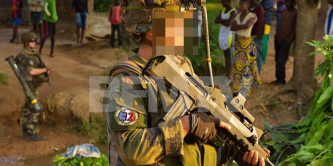 La photo, publiée sur Facebook et repérée par BFM TV, montre un militaire arborant une devise nazie au bras.