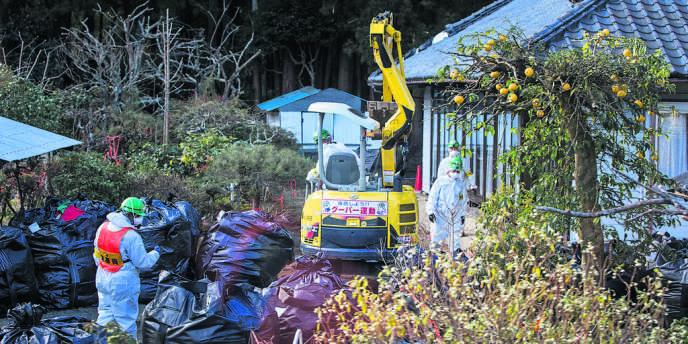 Des millions de « big bags » contaminés sont stockés dans les villages près de la centrale.
