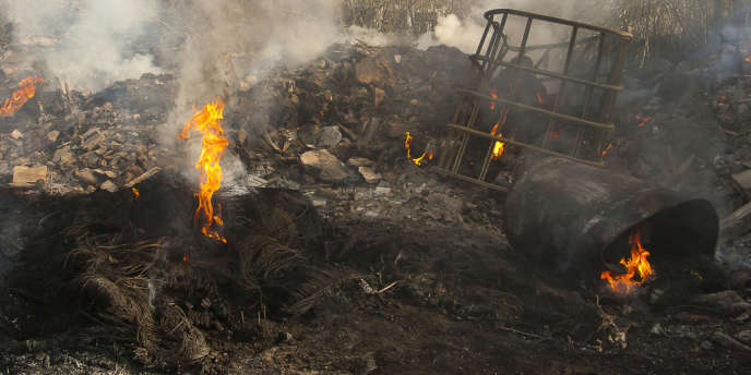 Dans une décharge sauvage de déchets industriels toxiques, à Caivano, près de Naples, en juillet 2012.