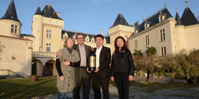 Le vendeur français James Grégoire et l'acheteur chinois de Château de La Rivière, Lam Kok, accompagnés de leur épouse, le 20 décembre.