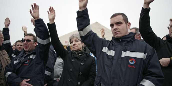 Les salariés de la raffinerie Total de Gonfreville-l'Orcher (Seine-Maritime) en grève mardi 17 décembre.