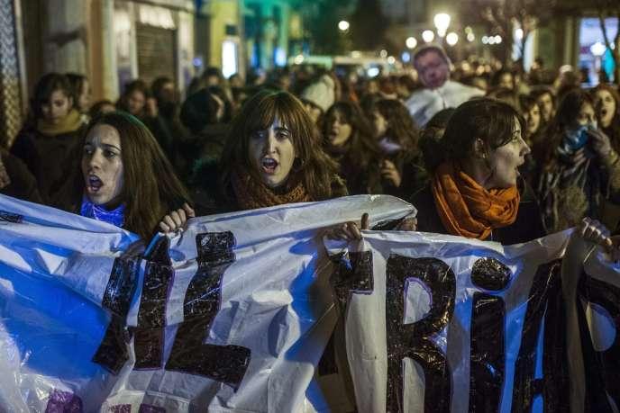 Manifestation pour défendre le droit à l'avortement devant le ministère de la justice, à Madrid, vendredi 20 décembre 2013.