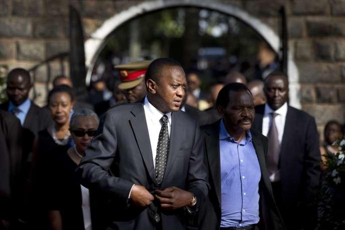 Uhuru Kenyatta (au premier plan, à gauche), le 27 septembre 2013 à Ichawara (Kenya).