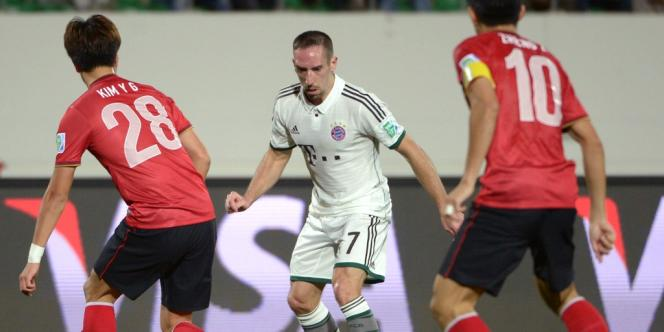 Le Munichois Franck Ribery au milieu de deux défenseurs de Guangzhou Evergrande, lors de la demi-finale de la coupe du monde des clubs, le 17 décembre.