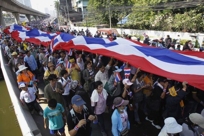 Des manifestants dans les rues de Bangkok, le 22 décembre.