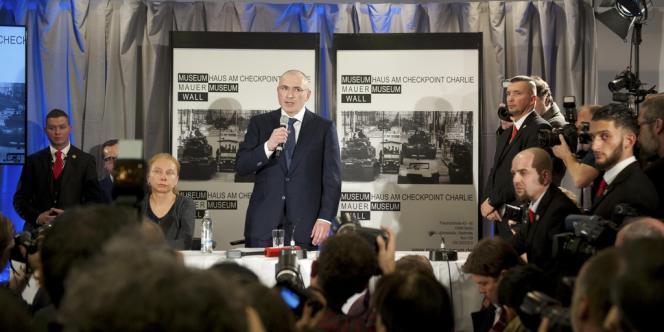 Mikhaïl Khodorkovski lors de sa conférence de presse au musée Checkpoint Charlie, à Berlin, dimanche 22 décembre.