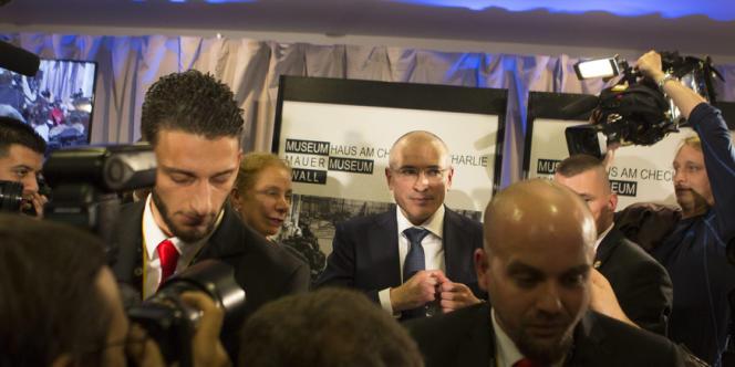 L'ancien oligarque russe Mikhaïl Khodorkovski (au centre),  à Berlin, le 22décembre, après sa libération.