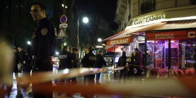 Les deux victimes ont été abattues alors qu'elles se trouvaient à la terrasse du Café Chineur, à l'angle de la rue d'Alésia et de la rue Raymond-Losserand, dans le 14e arrondissement de Paris.