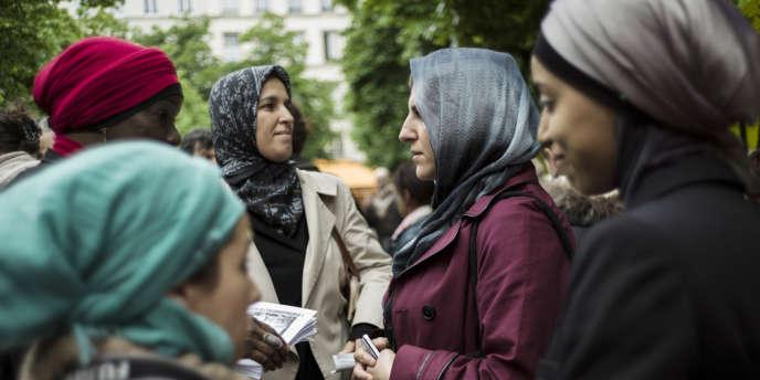 Des femmes voilées manifestent pour obtenir le droit d'accompagner les sorties scolaires, le 18 mai, à Paris.