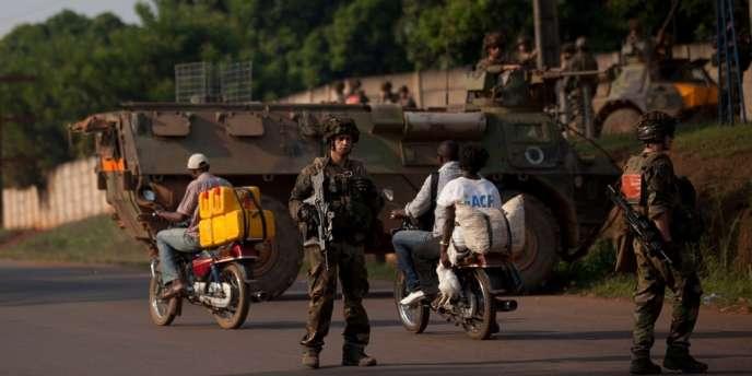 Des soldats français à un point de contrôle dans la capitale centrafricaine Bangui, le 23 décembre.