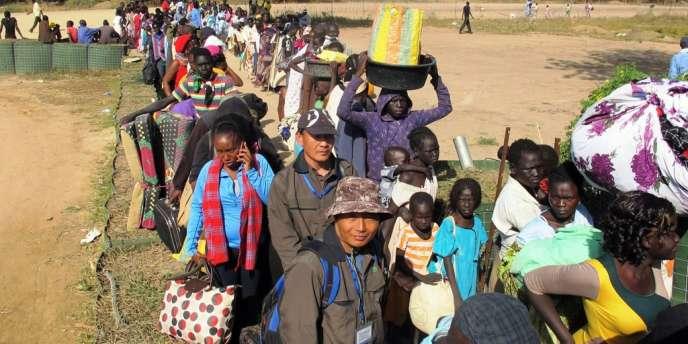 Cette photo de la Mission des Nations unies au Soudan du Sud montre des réfugiés faisant la queue devant la mission à Bor, le 18 décembre.