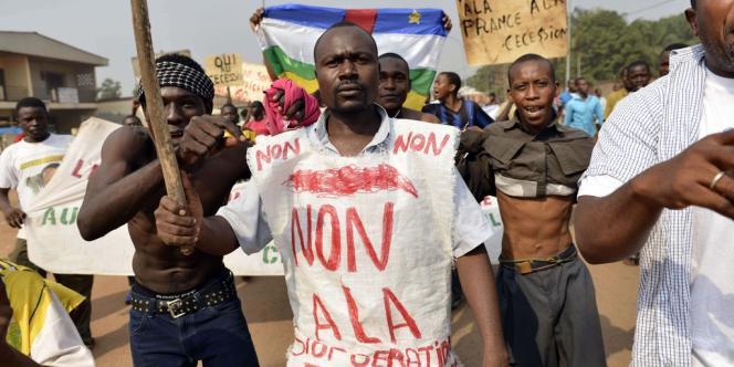Des musulmans centrafricains manifestent pour dénoncer la partialité des soldats français envers les chrétiens, à Bangui le 24 décembre.