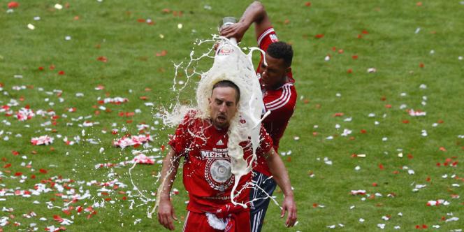 Jerome Boateng fête le titre de champion d'Allemagne du Bayern Munich avec son coéquipier Franck Ribéry, le 11 mai.