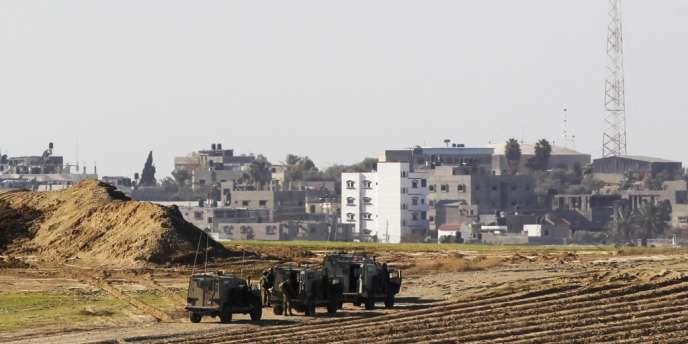 Des jeeps israéliennes à la frontière de la bande de Gaza.