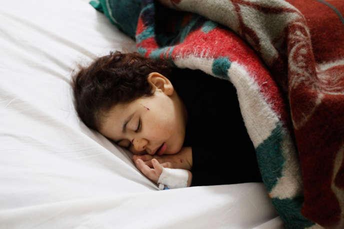 Une victime de l'attentat à la voiture piégée survenu à Mansourah, en Egypte, le 24 décembre 2013.