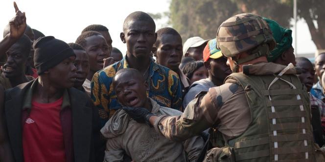 Un soldat français tente de calmer un Centrafricain, après la mort de deux habitants tués par des troupes tchadiennes à Bangui, le 23 décembre.