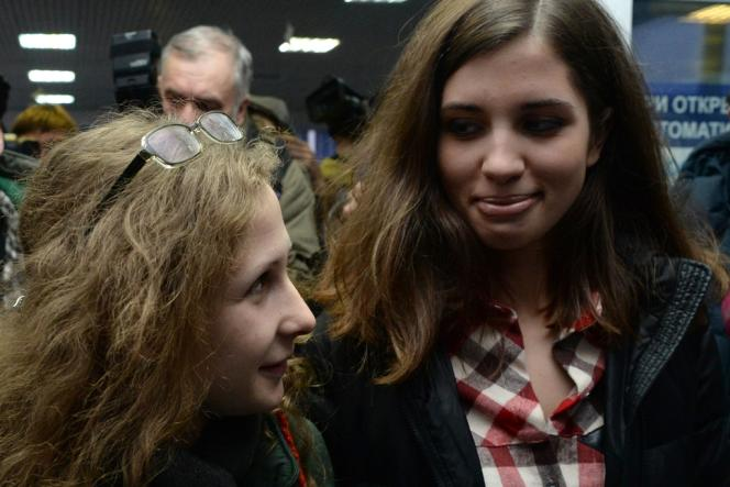 Les membres des Pussy Riot libérées, Nadejda Tolokonnikova et Maria Alekhina, le 24 décembre à l'aéroport de Krasnoïarsk.